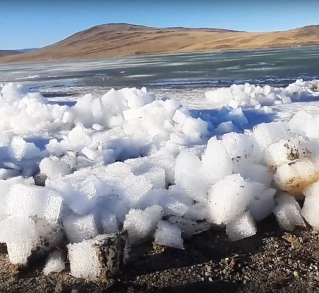 ВРоссии сняли навидео ледяное цунами