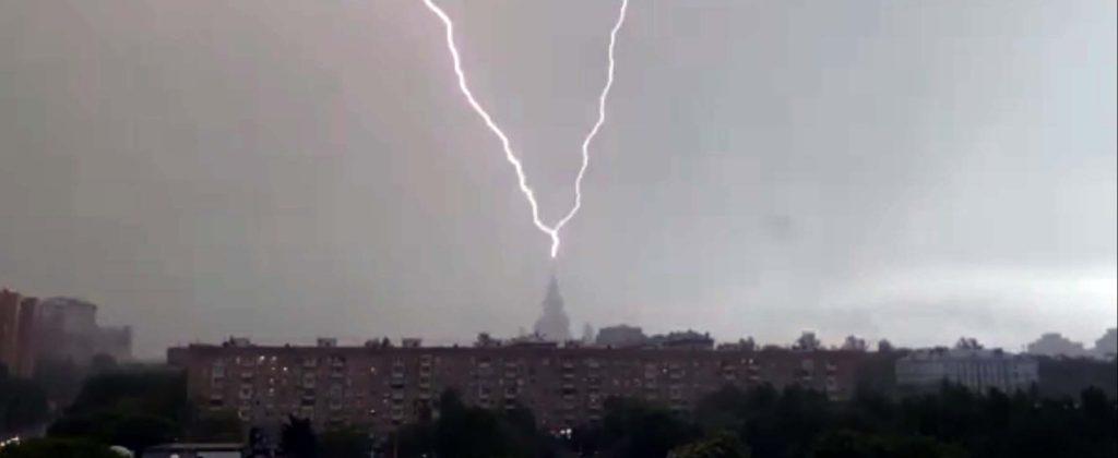 Восходящая молния ударила вшпиль здания Московского госуниверситета. Видео