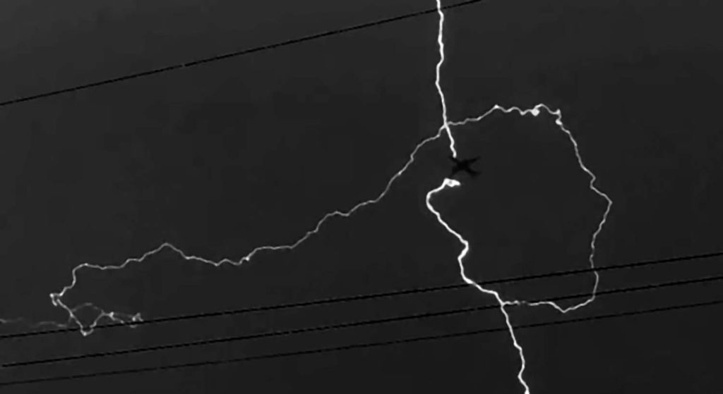 Удар молнии взаходящий напосадку самолет сфотографировали вПодмосковье