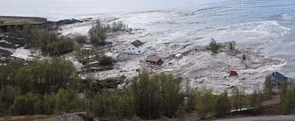 8 домов уплыли вместе соползнем вморе вНорвегии