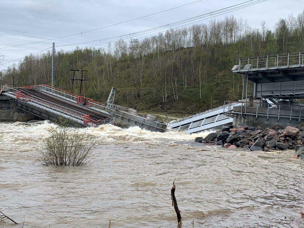 Река подмыла иразрушила железнодорожный мост под Мурманском