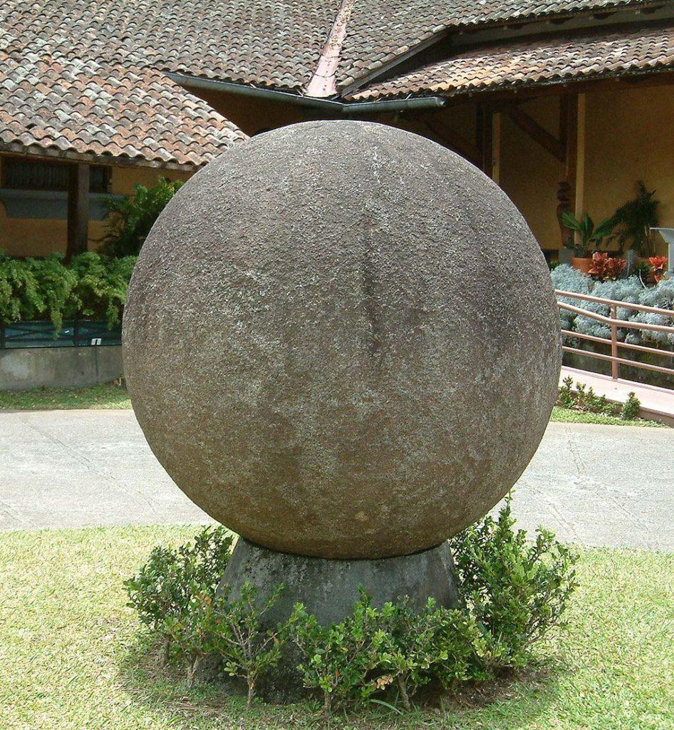 Каменный шар во дворе Национального музея в Коста-Рике