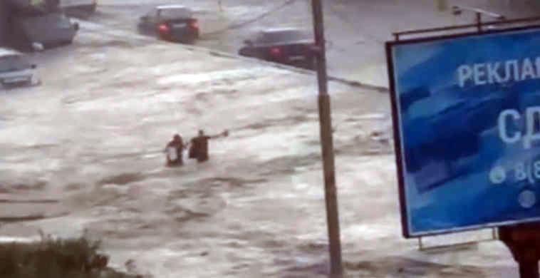ВРостове ливень утопил несколько десятков машин