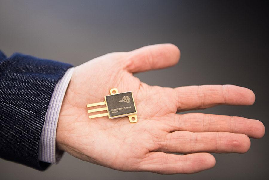 ВРоссии создана миниатюрная идолговечная атомная батарейка