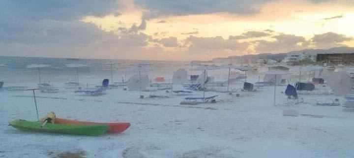Пляжи наКрите засыпал обильный град