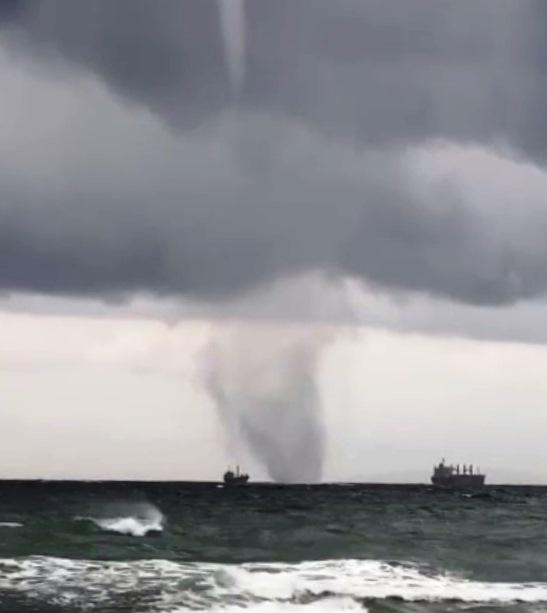 Водяной смерч воВладивостоке прошел рядом скораблями