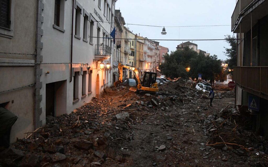 Итальянскую Сардинию затопило грязью