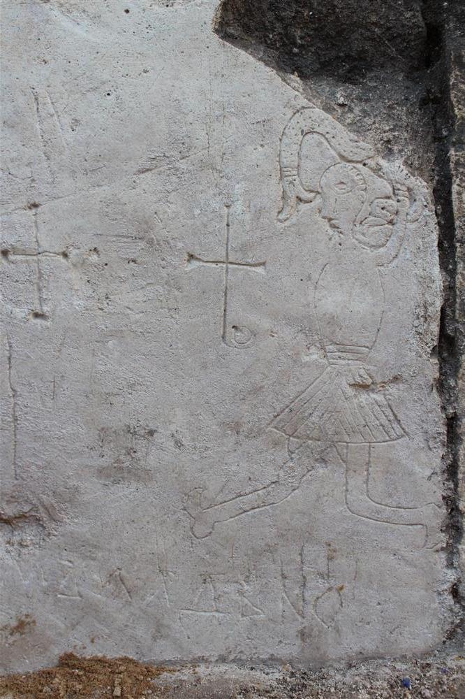 belokamenyj blok na severnom fasade s graffiti i risunkom