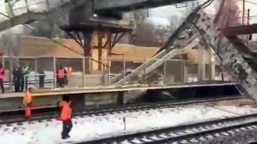 ВПодмосковье часть пешеходного моста обрушилась нажелезнодорожные пути