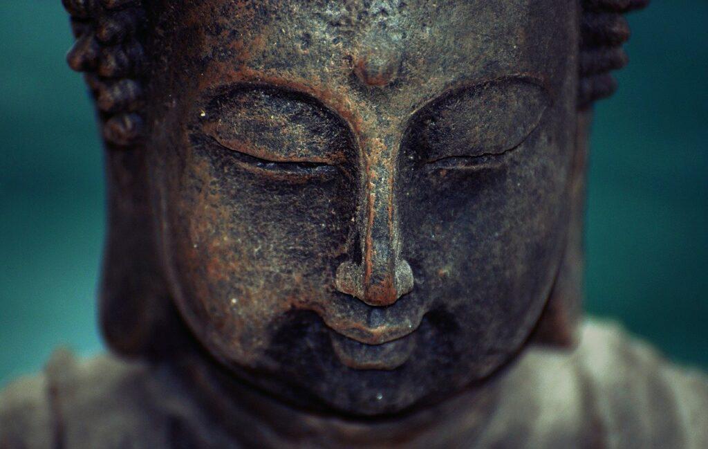 9-метровую обезглавленную статую Будды нашли вКитае под многоэтажным домом
