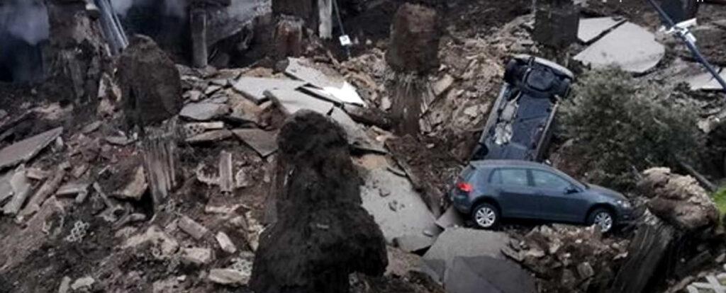 ВНеаполе образовался огромный провал земли