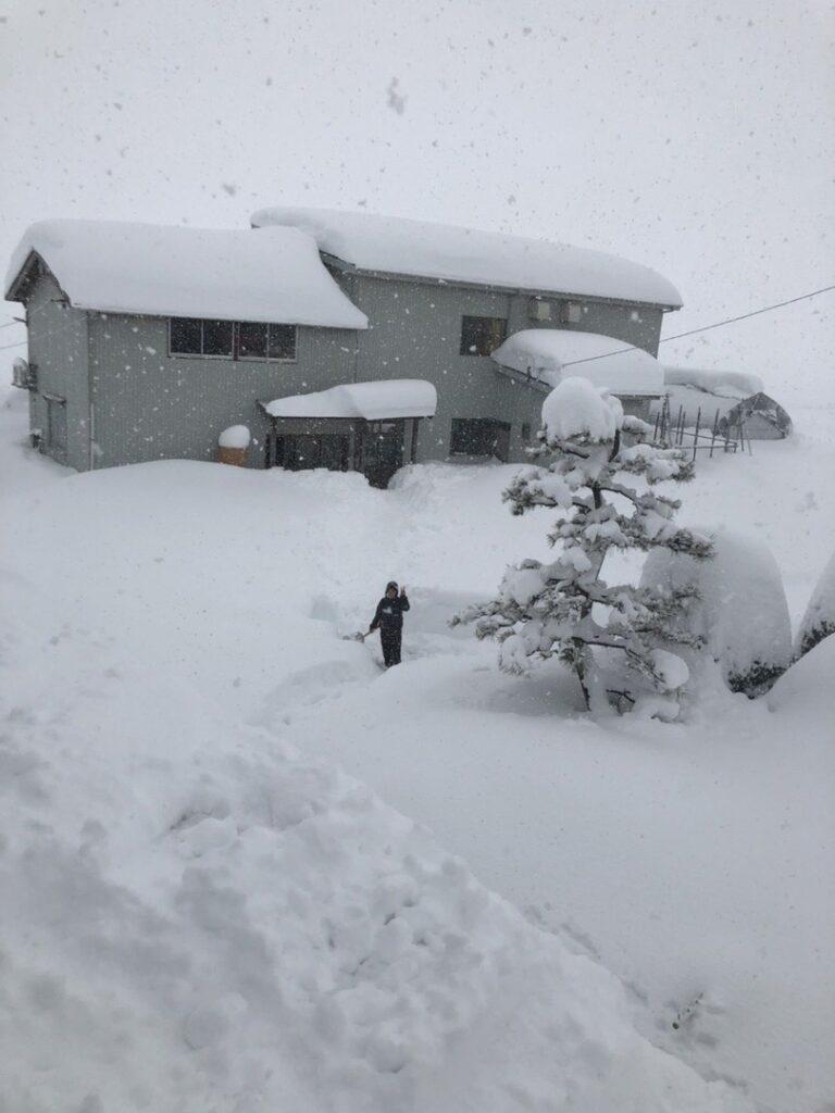 При расчистке завалов снега вЯпонии замесяц погибло 70 человек