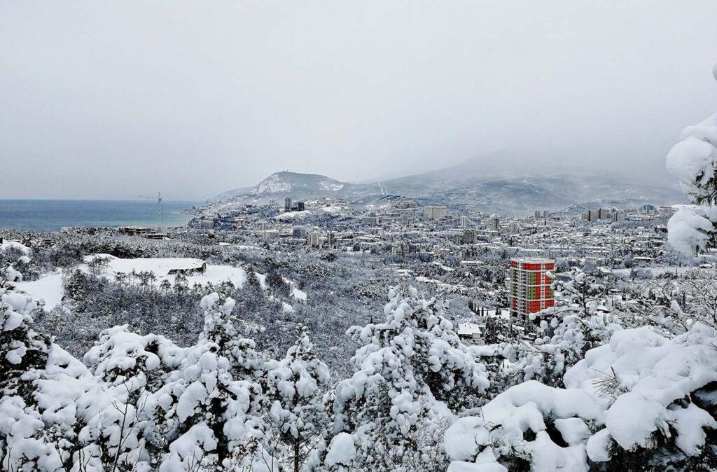 Южный берег Крыма засыпало снегом