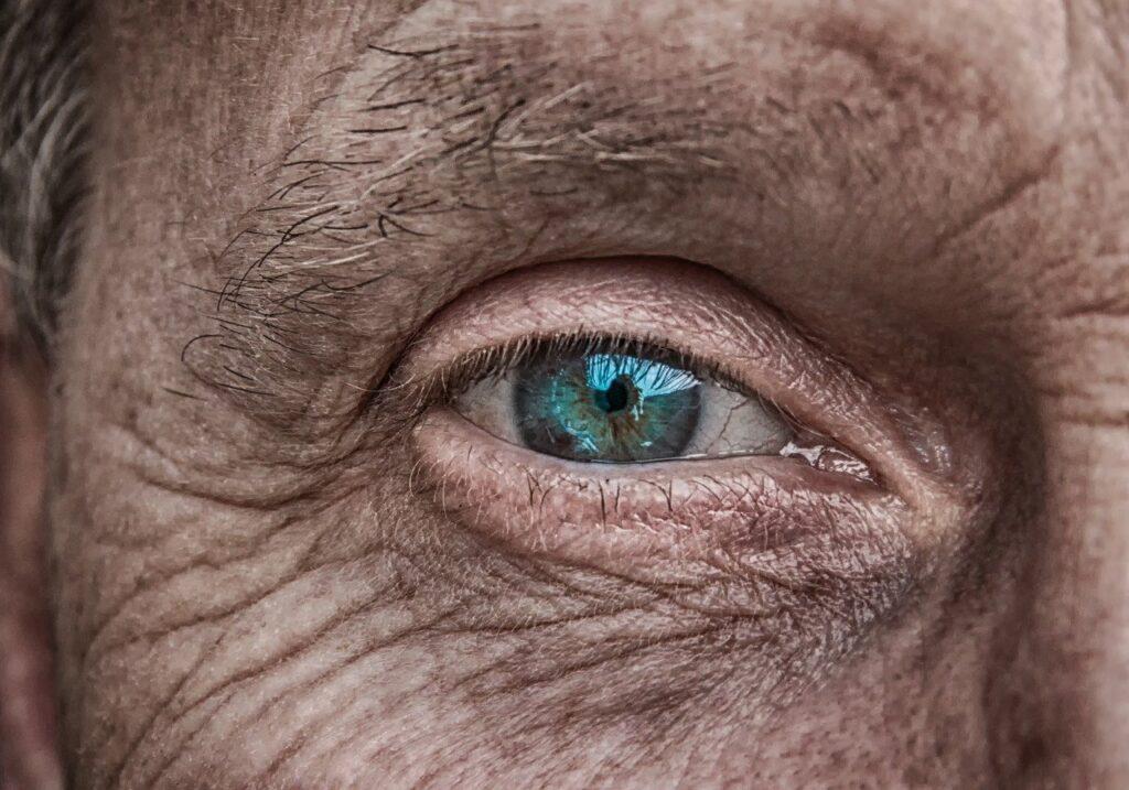 Слепой пациент прозрел после установки первой вмире синтетической роговицы