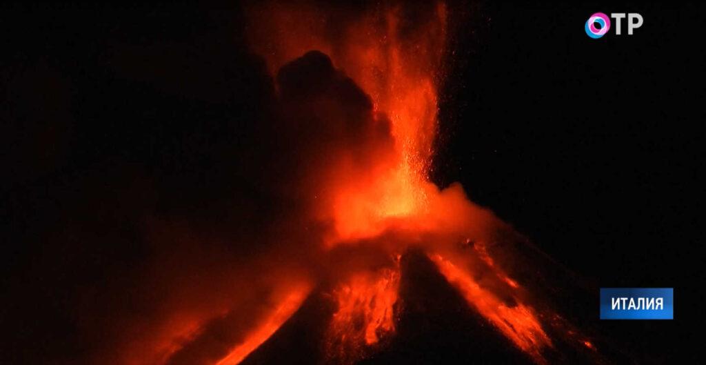 ВИталии извергается Этна: лава, пепел иград изкамней