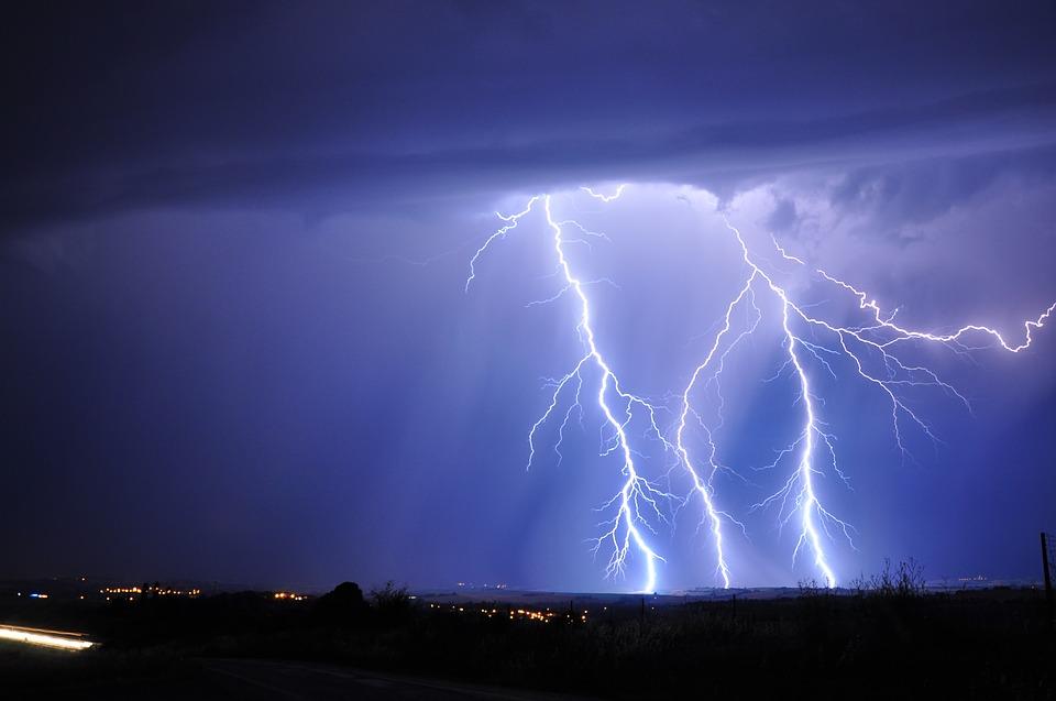 Молния одновременно убила 4 иранила 3 человек