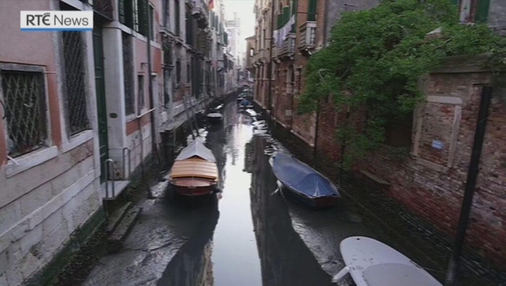 Изканалов Венеции ушла вода. Гондолы илодки оказались надне