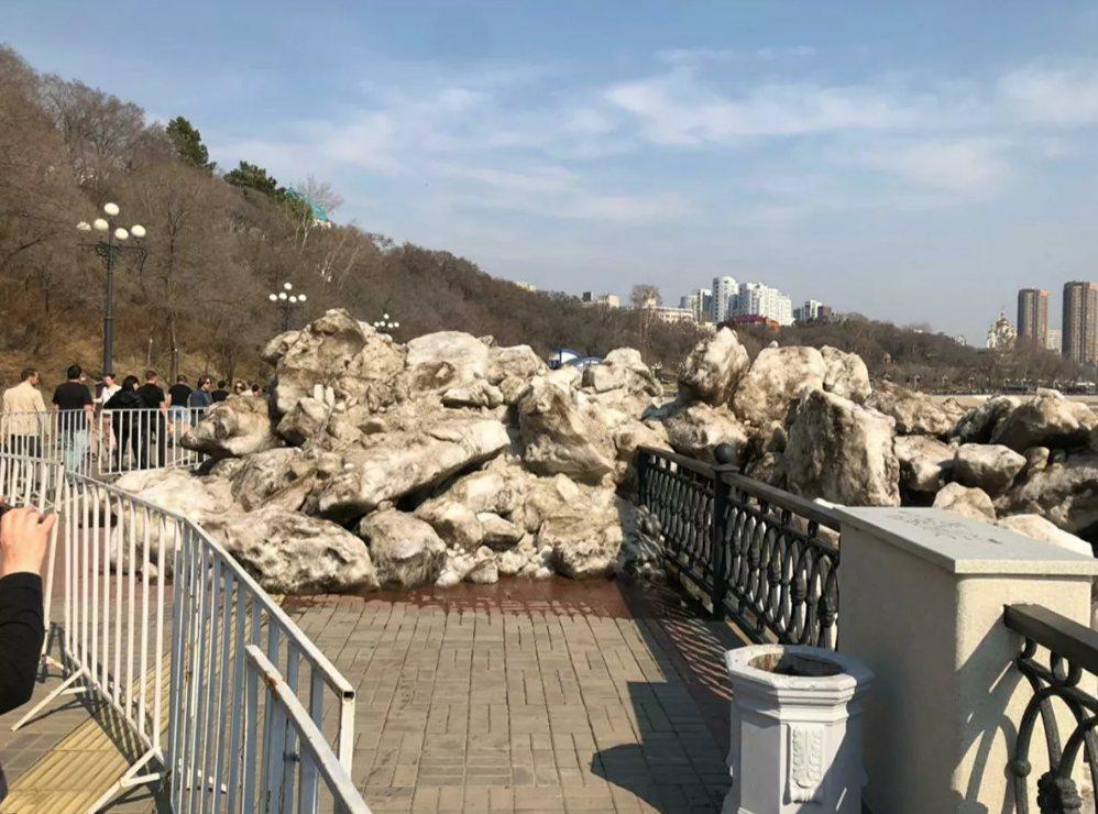 ВХабаровске «ледовый прилив» разрушил часть набережной