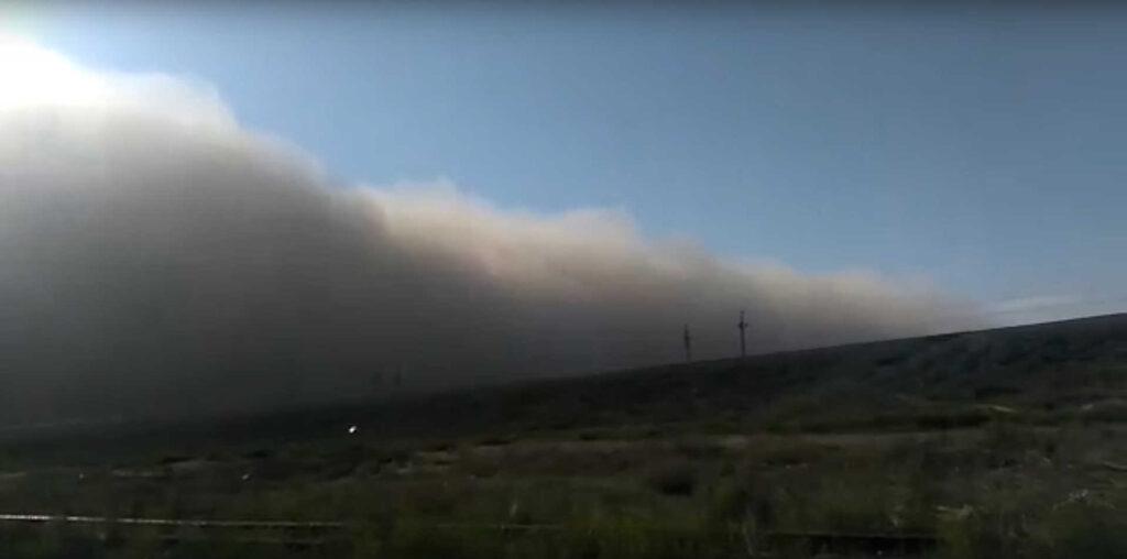 ВАстраханской области мощная пылевая буря валила деревья исрывала кровлю созданий