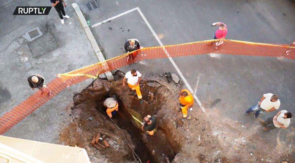 ВРиме вогромную яму надороге вцентре города провалились два автомобиля