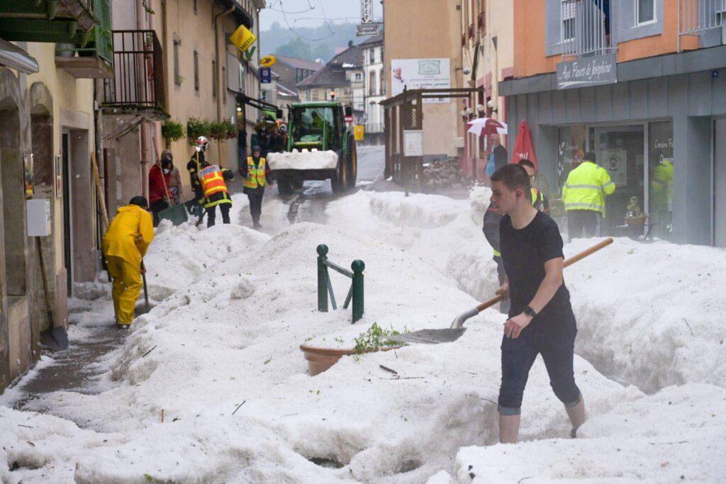 ВоФранции городок— родину пломбира пришлось откапывать отпрошедшего града