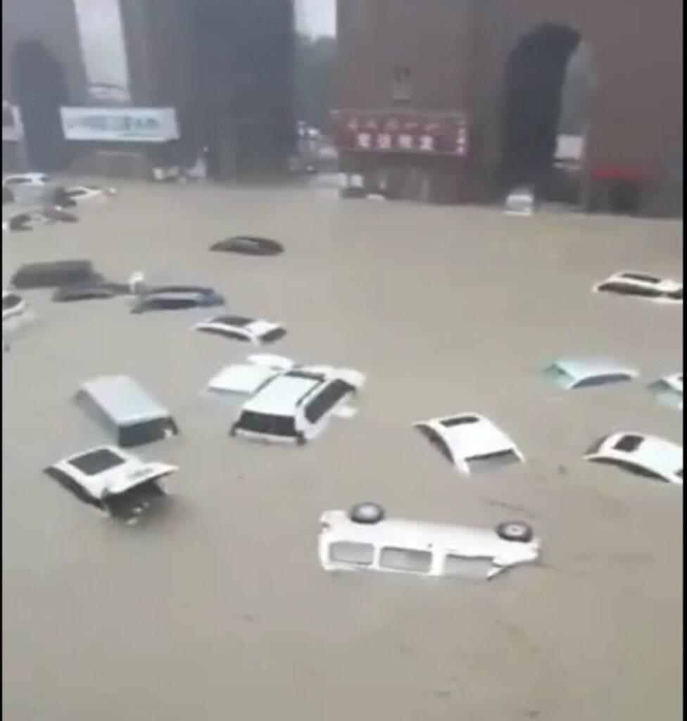 Потоп впоезде втуннеле метро вкитайском городе. Видео