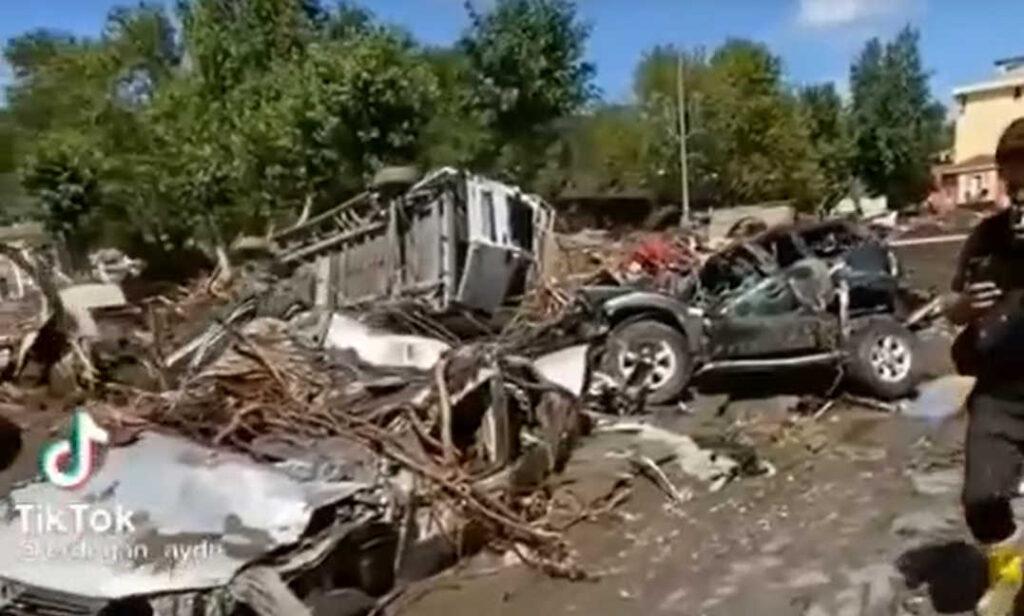 Репортаж изтонущей машины. ВТурции скорбят пожертвам наводнения
