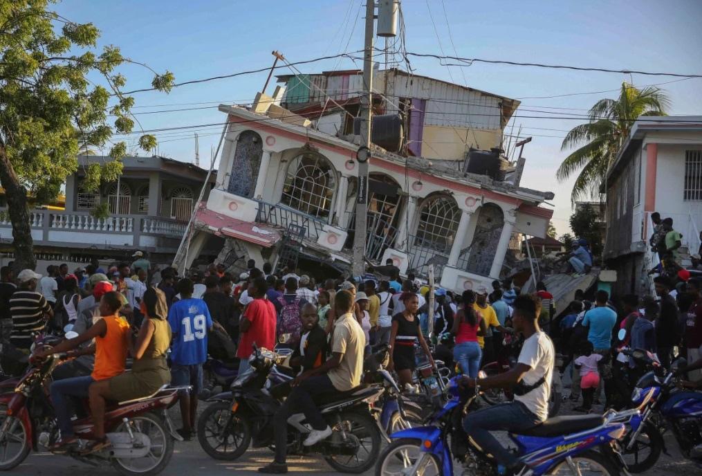 Врезультате мощного землетрясения наГаити погибло более тысячи человек