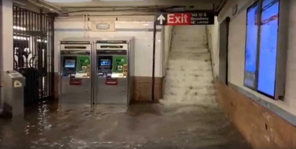 ВНью-Йорке наводнением затопило метро