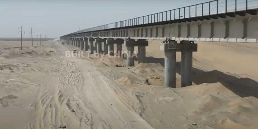 ВКитае построили первую вмире железную дорогу через пустыню