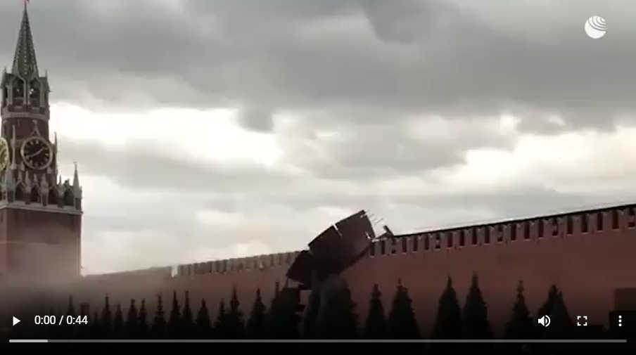 Ураганный ветер снес строительные леса иповредил три зубца наКремлевской стене вМоскве